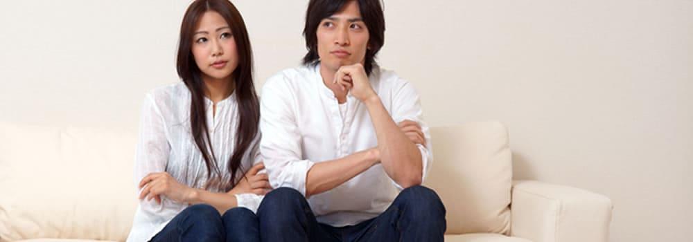 婚活サイトでの出会い説明を悩むカップル