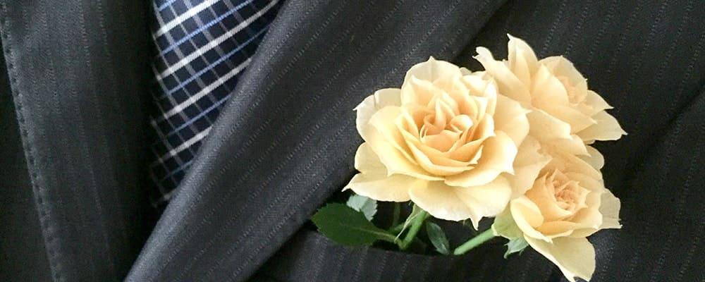 スーツにバラを合わせるダンディーな紳士
