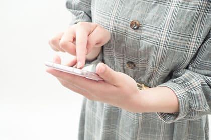アプリで結婚相手を探す女性