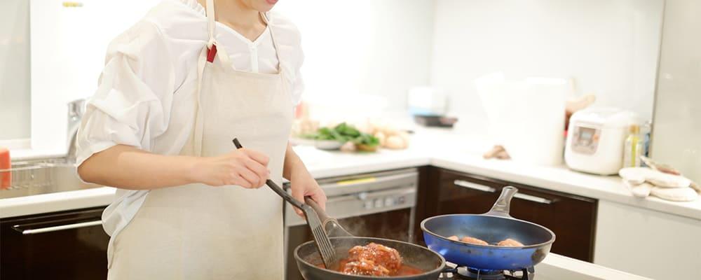 家庭的に料理をする女性