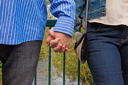 手をつなぐシニアのカップル