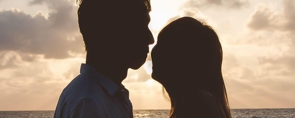 砂浜でキスする男女
