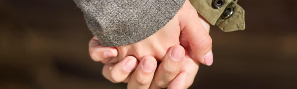 固く握られた男女の手