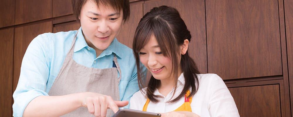 楽しそうに一緒に料理するカップル