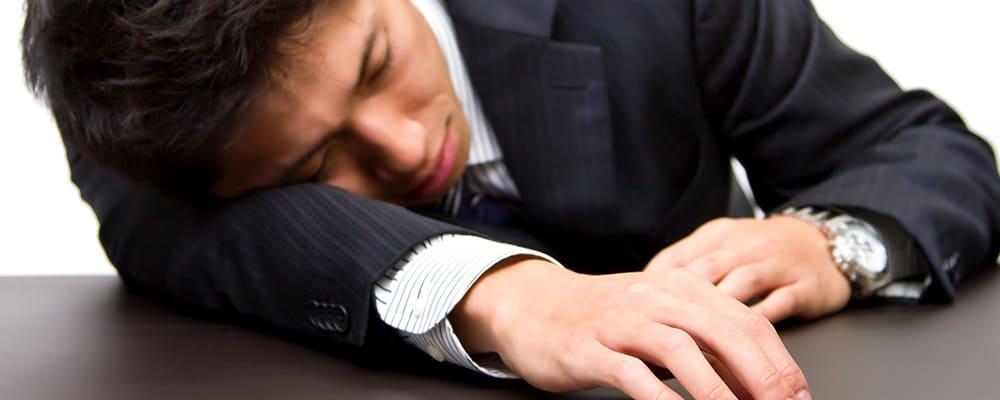 仕事で疲れ切った男性システムエンジニア