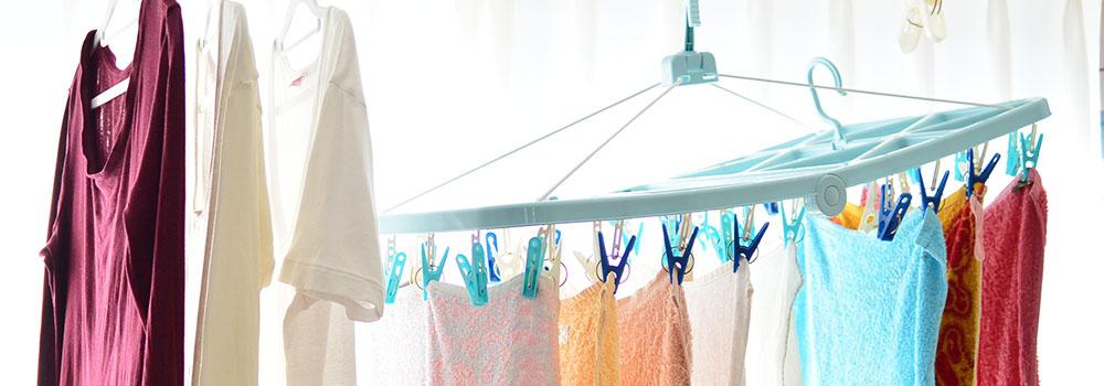 窓際に干された洗濯物