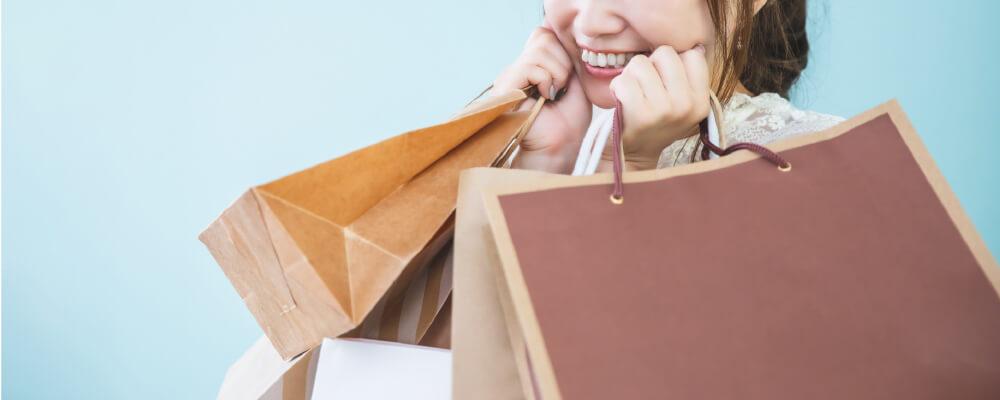 買い物をして満足そうな女性