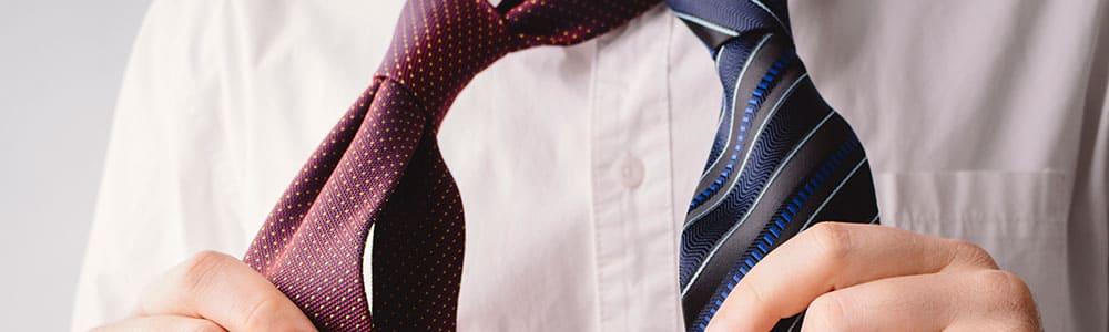 ネクタイを選ぶ男性