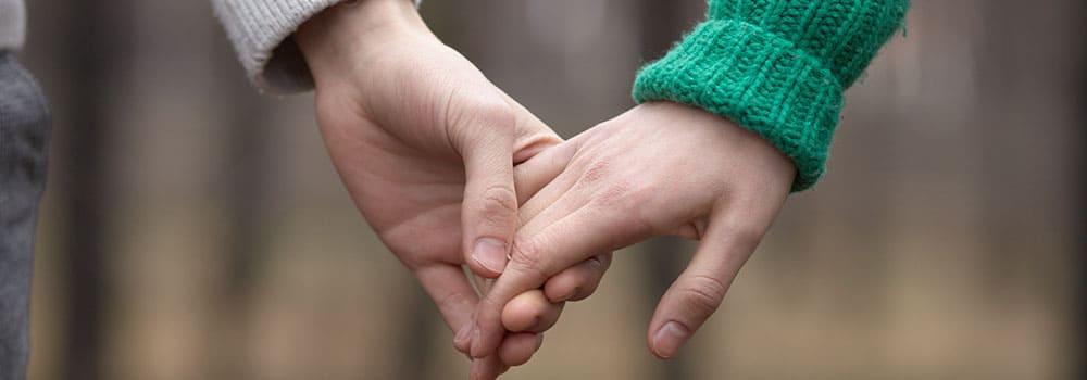 リードする再婚者と初婚者のカップル
