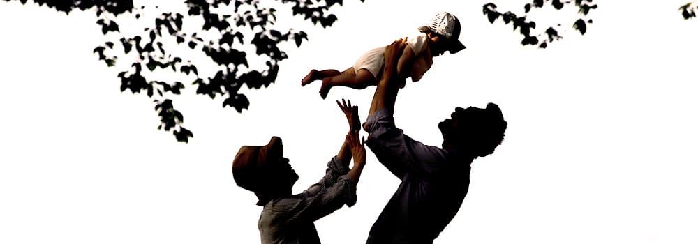 子供を抱き上げる男性と女性