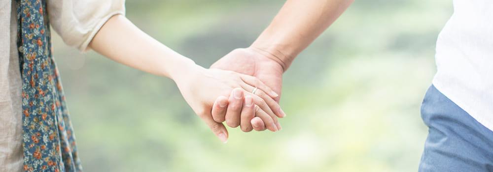 手を取り合う夫婦