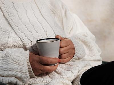 コーヒーを飲む熟年の女性
