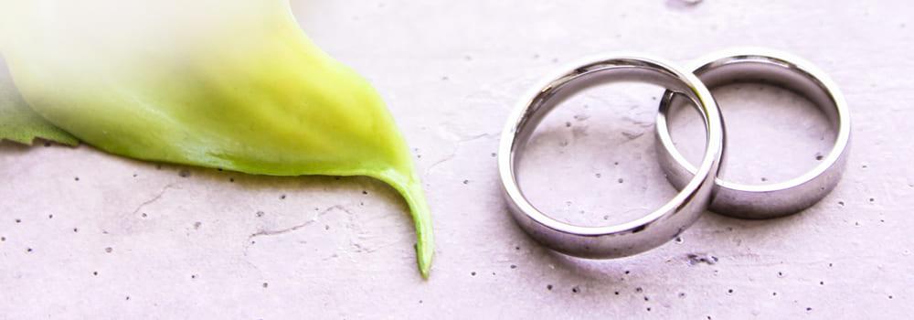 重なった結婚指輪