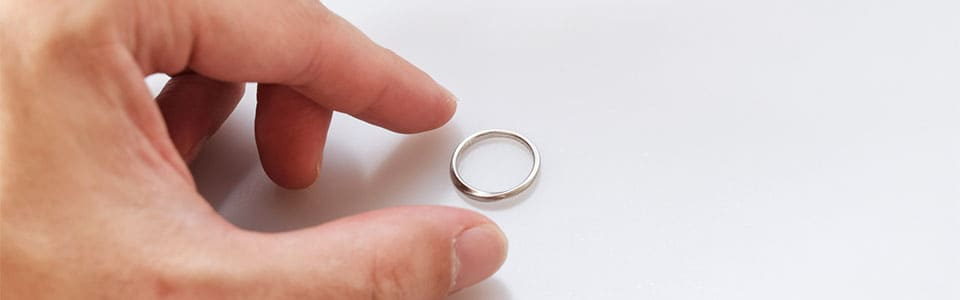 結婚指輪を置く男性の手