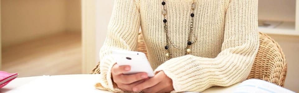 ネット婚活をスマホで利用する女性