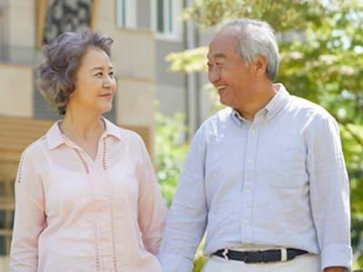 散歩する60代のカップル